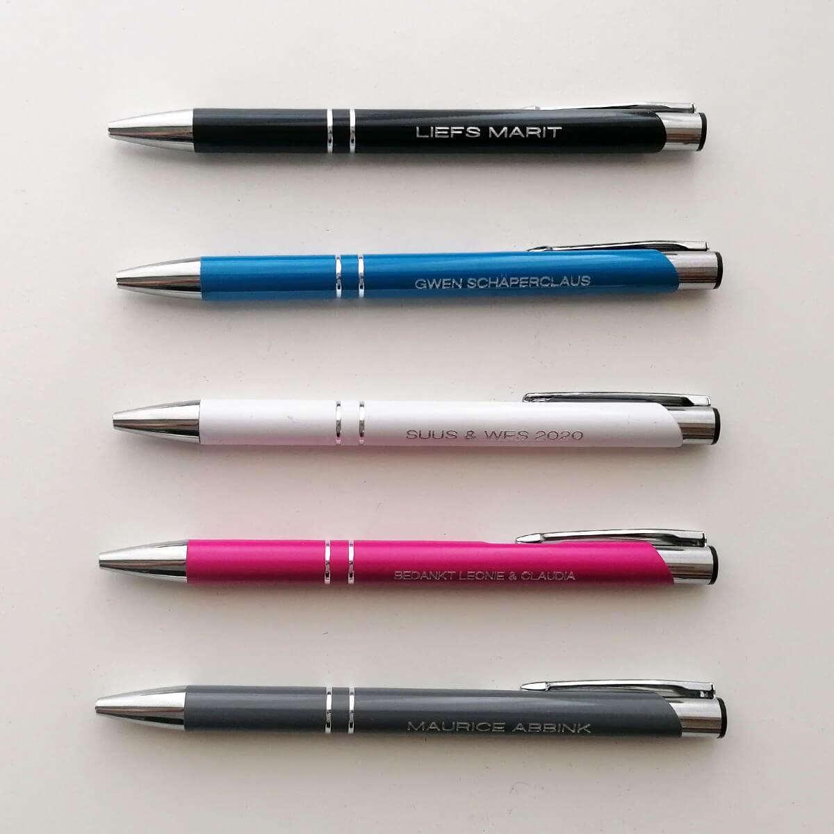 Bij Naamkado geen seriematige graveringen, elke pen graveren we apart, dus elk pen kan een andere naam of tekst krijgen
