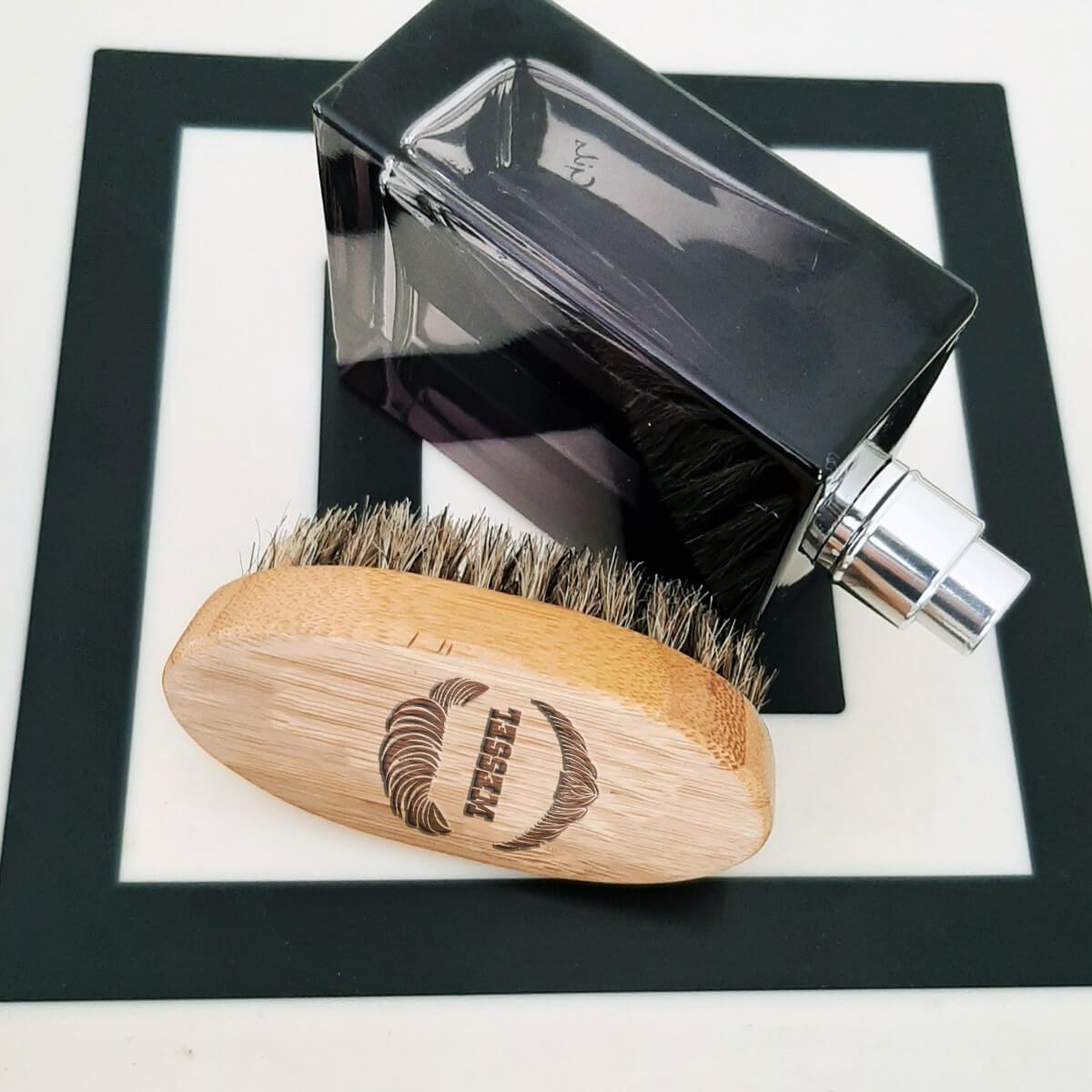 Onderhoud van je snor en baard met deze borstel met personalisatie