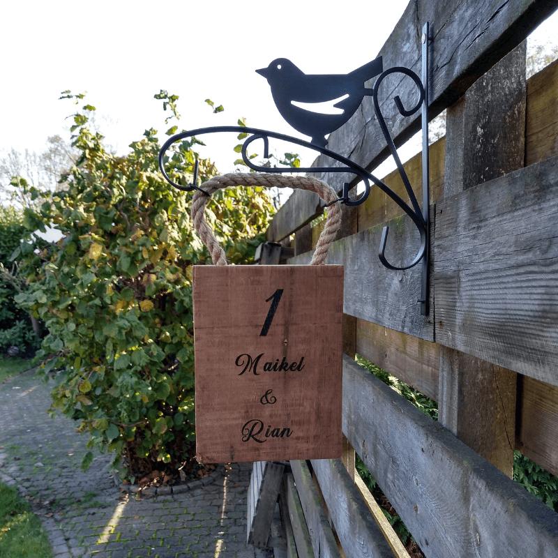 Robuust hangsysteem aan houten plank voor deur