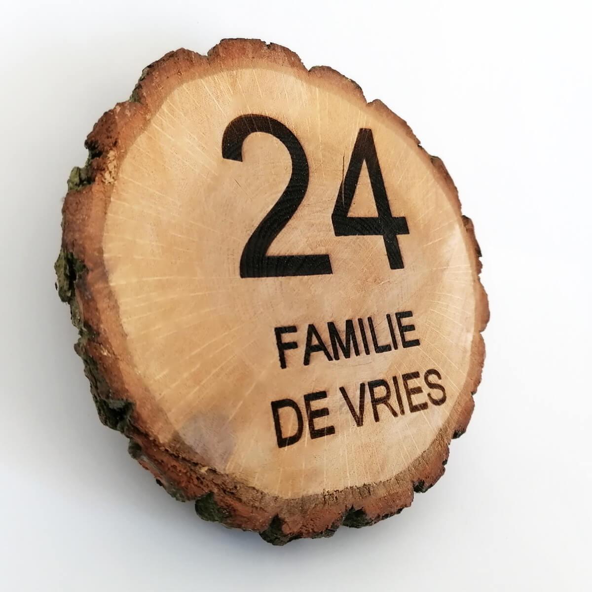 houten huisnummer met tekst