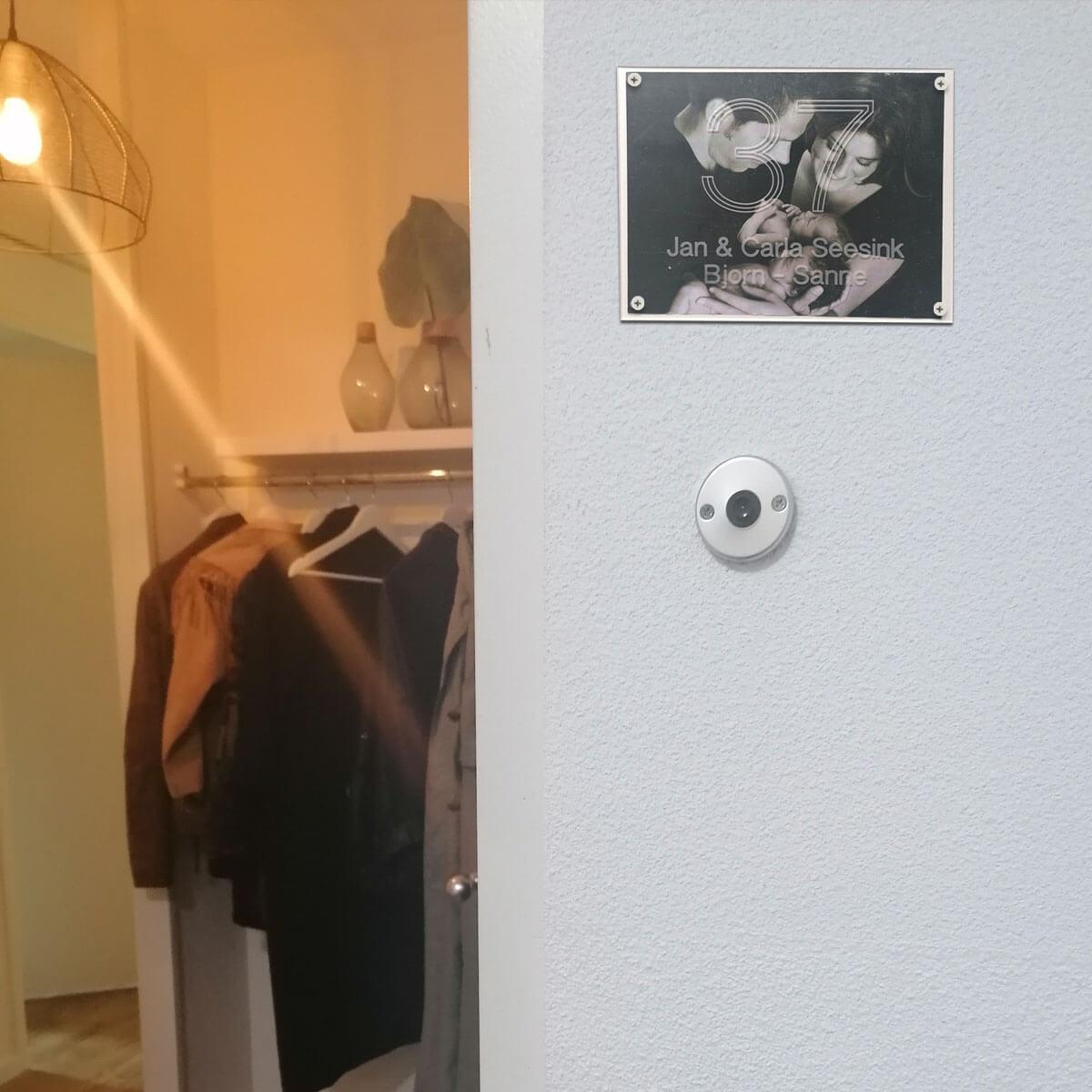 Kraamkado, plexiglas deurbord met de naam van de ouders en de baby