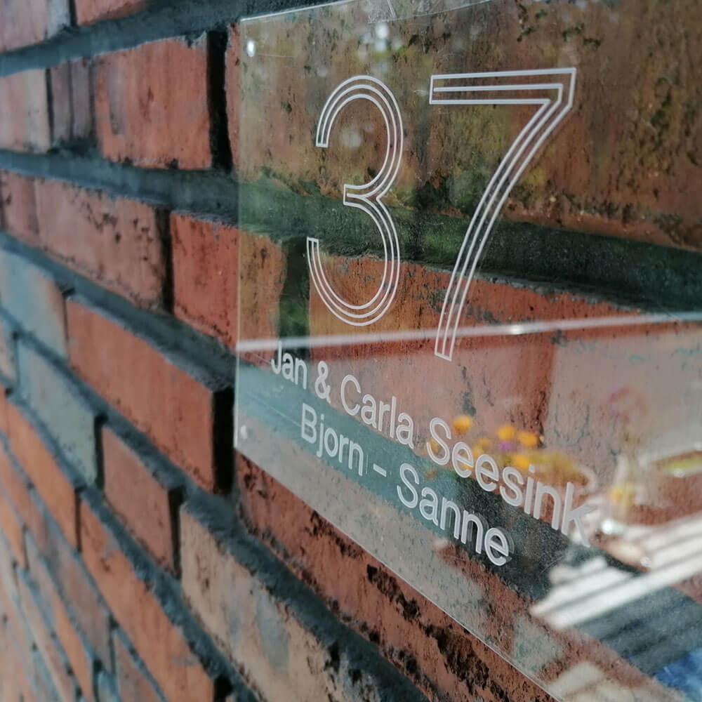 Naambord van plexiglas met naam en / of huisnummer bedrukking