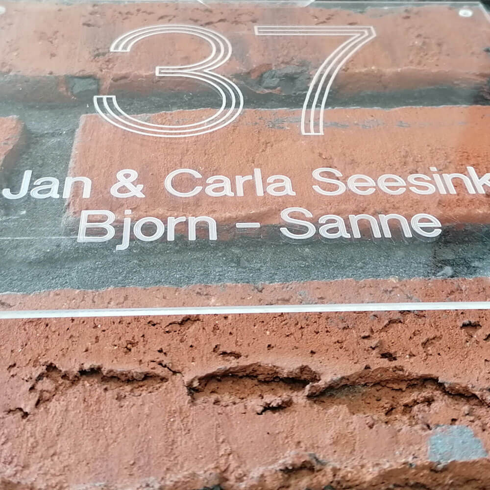 Groot gegraveerd huisnummer aangevuld met jouw naam