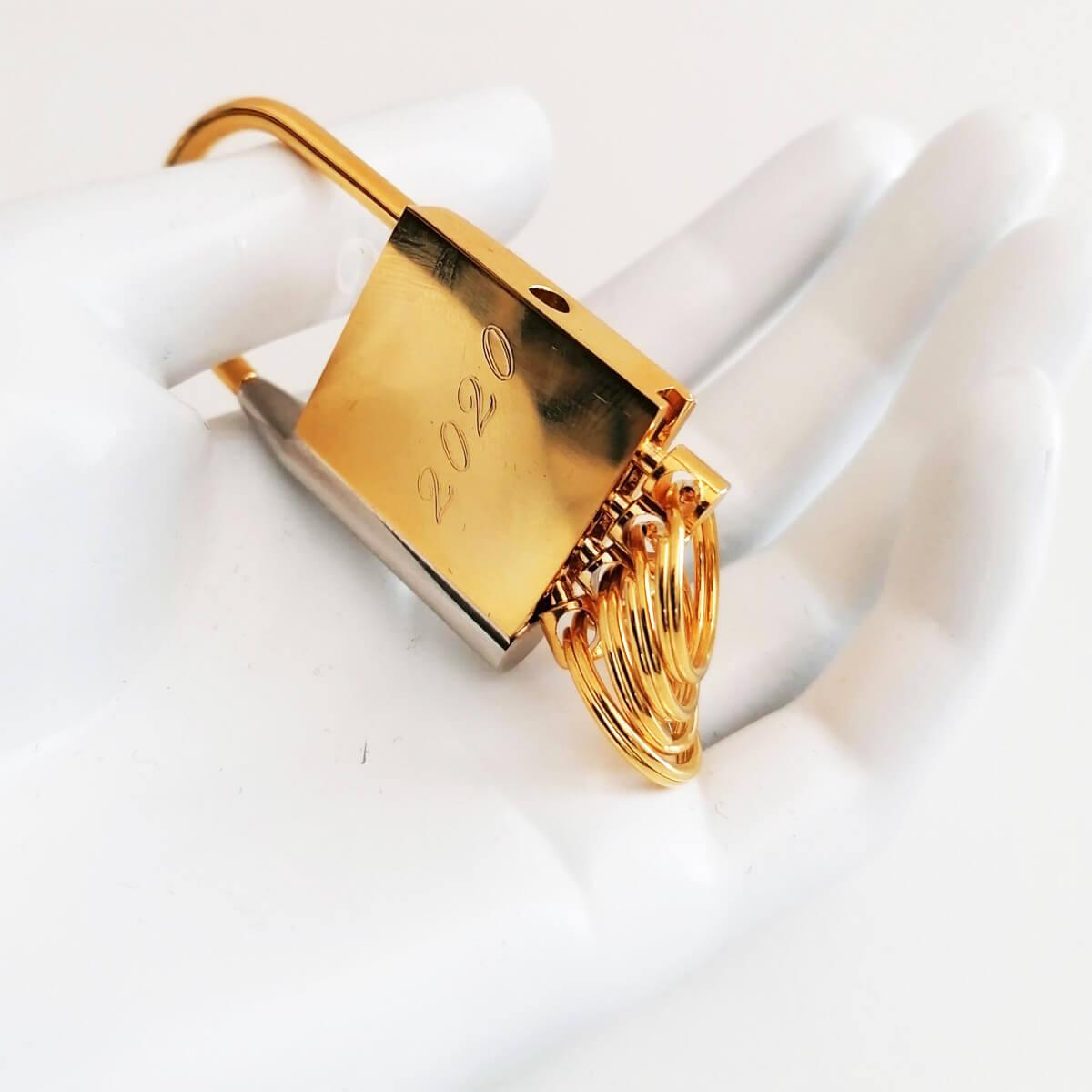 Gold plaated design hanger met sierlijke personalisatie