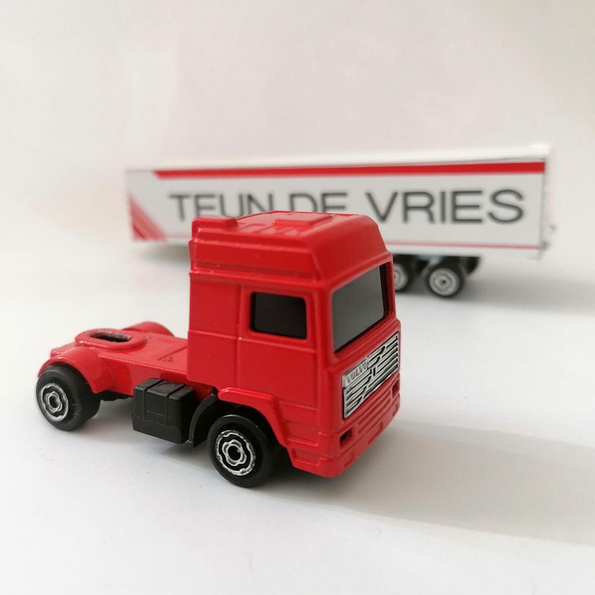 Miniatuur vrachtwagen retro Volvo model, met naam