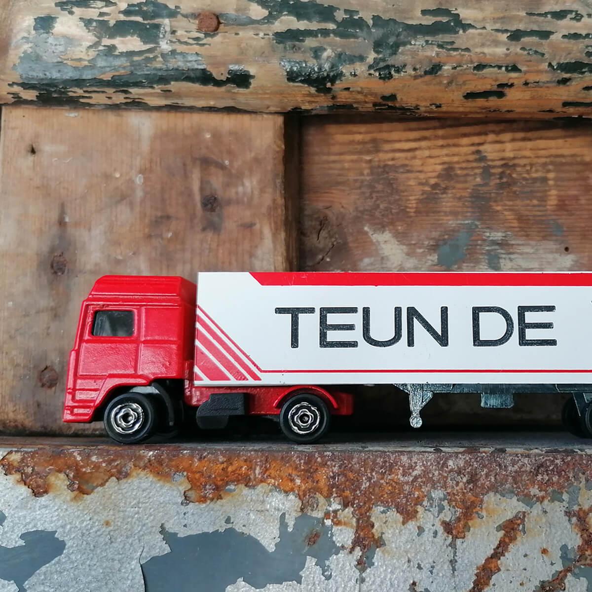 Vrachtwagen en oplegger met je voor en achternaam aan beide zijden