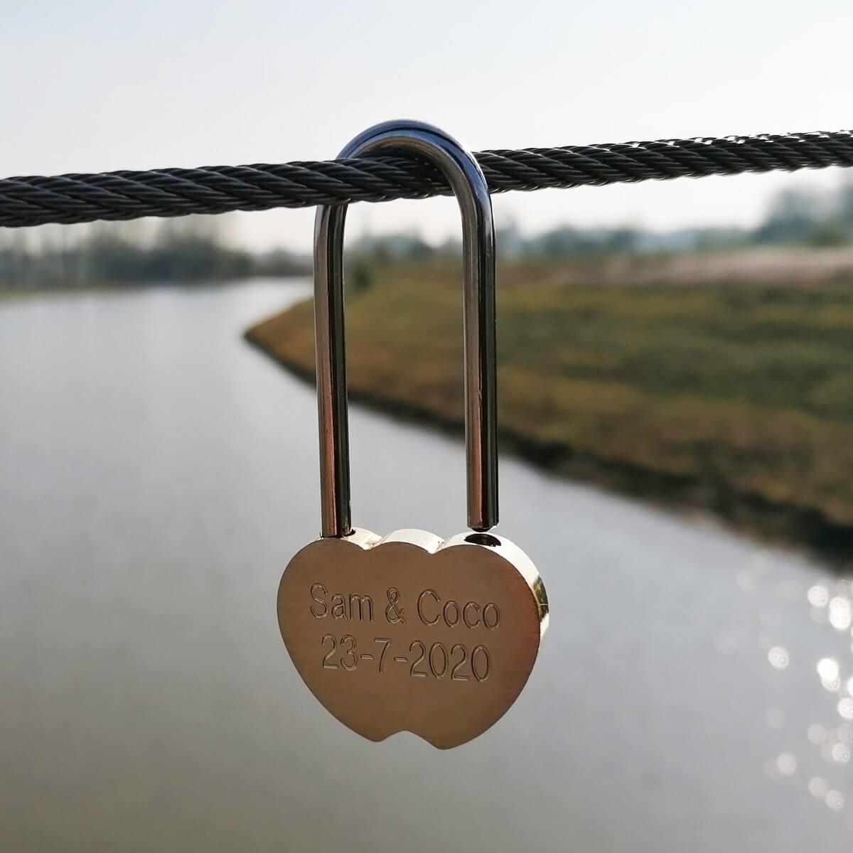 Hangslot gegeraveerd met jullie namen word een echt liefdes slotje
