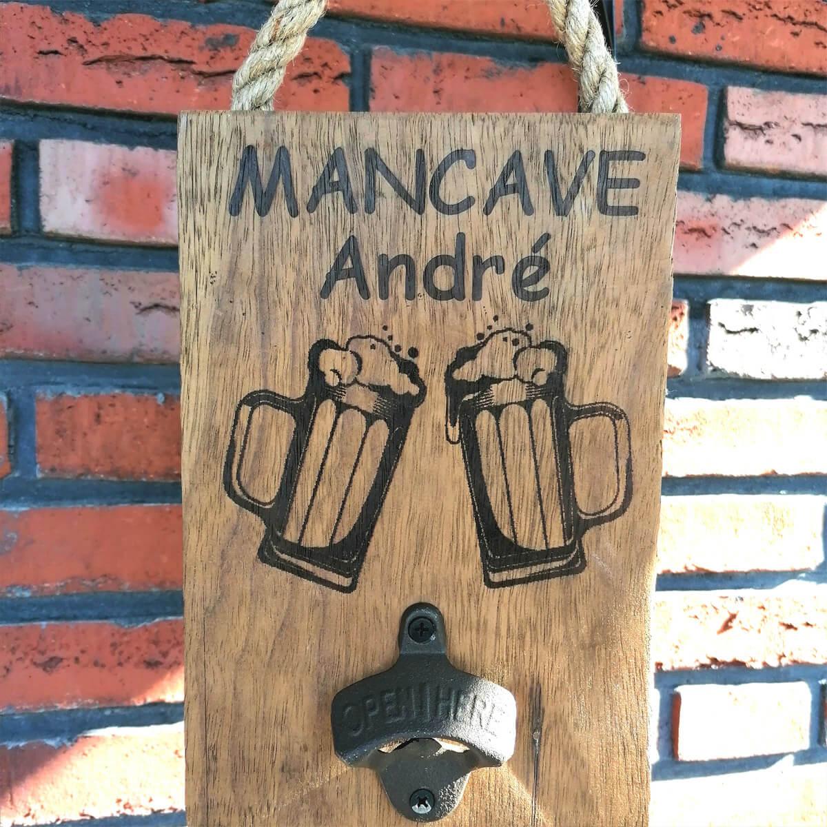 Industrieel houten vinatge bord met naam of tekst bedrukt.