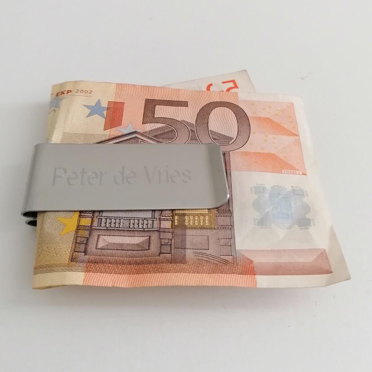 Nu kan je een handige geld clip aanschaffen om jouw briefgeld bij elkaar te houden.