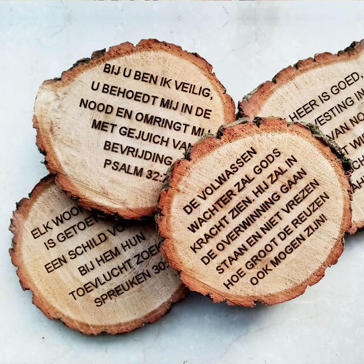 Spreuken op boomstronk-schijf (natuurproduct)