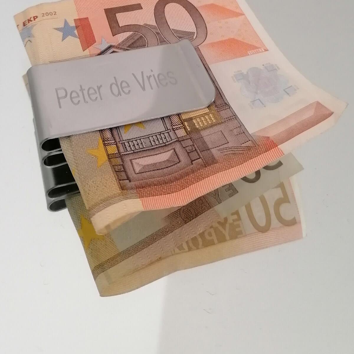 Geldclips worden vaak gebruikt als aanvulling op een creditcardhouder of portemonnee aangezien ze speciaal voor biljetten zijn gemaakt