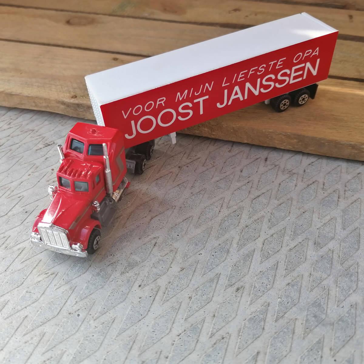 Vrachtwagen rijbewijs cadeau: Deze stoere amerikaanse truck met naam en leuke tekst