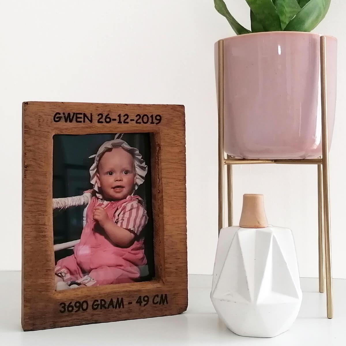 Wij personaliseren deze houten fotolijst gratis
