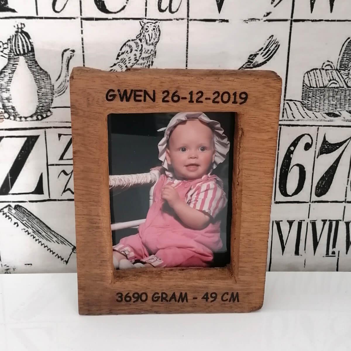 Vintage houten fotolijst met naam, datum. gewicht etc van de pasgeboren baby