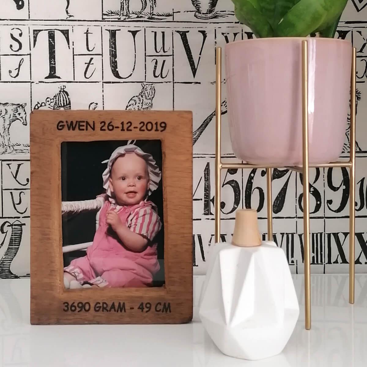 Geboortekaartje in houten fotolijst
