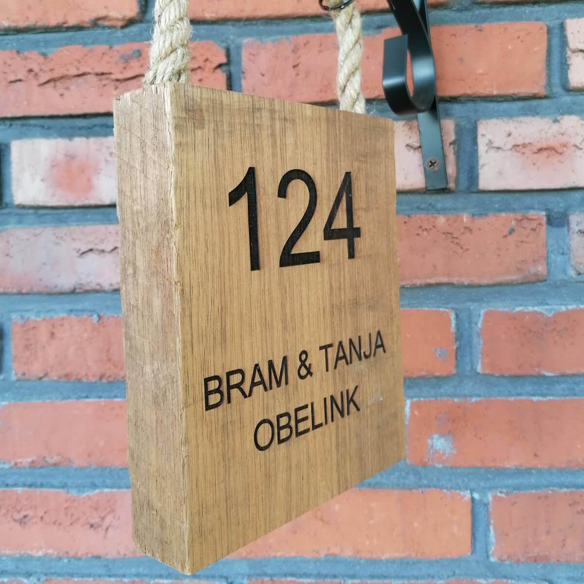 Houten naambord met jullie namen en het huisnummer