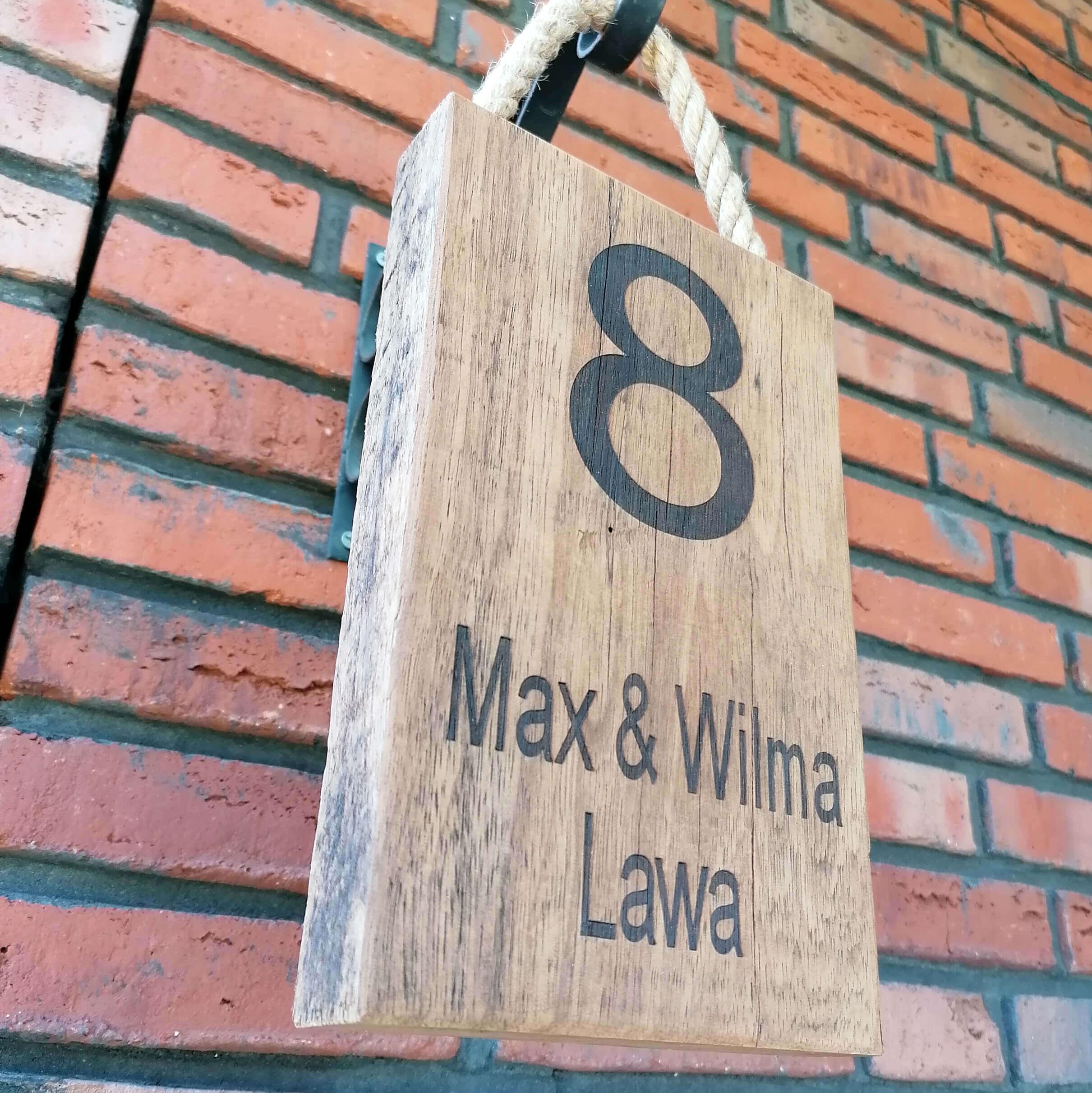 Deurnaam plaat van hout met huisnummer en gratis gravering