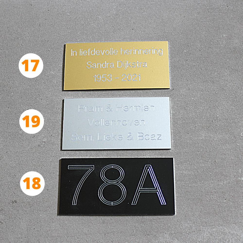 Zilver en goudkleurige tekstplaatjes met bedrukking