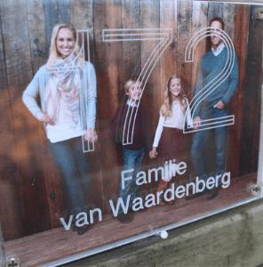 Voordeur voorzien van een familiefoto