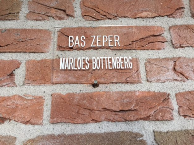 Tekstplaat met namen op muur maken