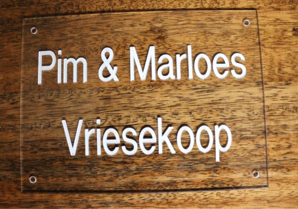 Voordeur bord met namen en nummer