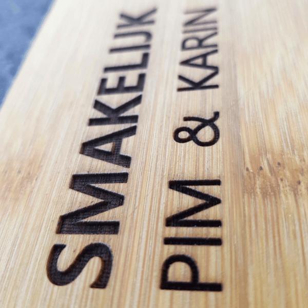 Naam laten laseren op een snij plank