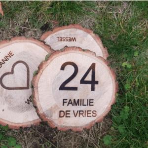 Boomschijf bordje van hout, met naam.