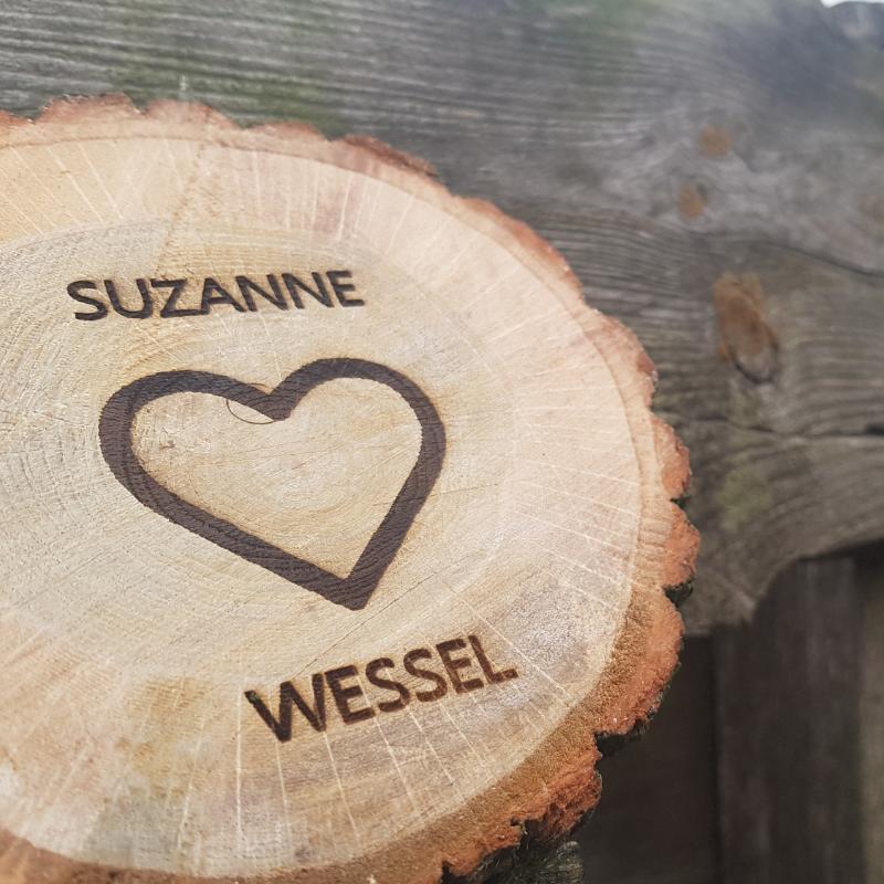 Mooie boomschijf met jullie namen en datum en misschien een hartje, jij bepaald